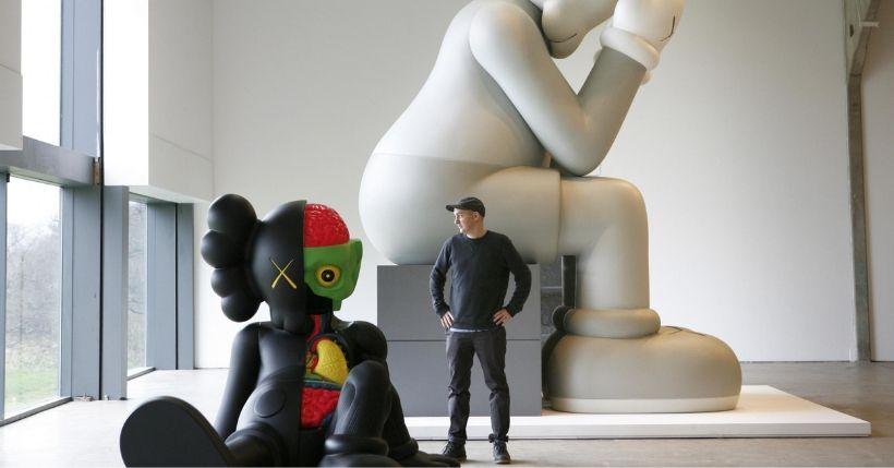 KAWS: Chi è l'artista street che lavora per Nike e UNIQLO