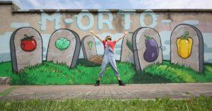 CIBO: Intervista allo street artist italiano che copre le svastiche con gli alimenti!