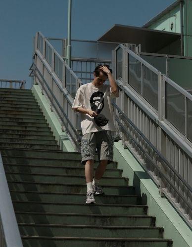 Bape x New Balance 2002R t-shirt e shorts